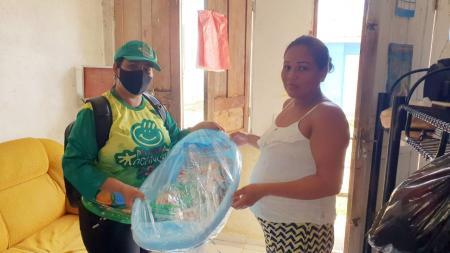 Kits em mãos para entrega aos beneficiários