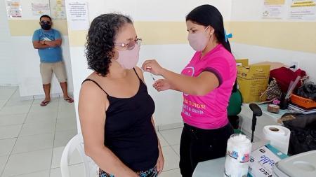 Idoso recebendo a vacina